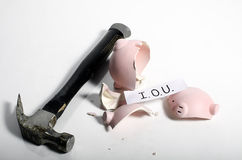 Ein Schuldschein in ein Sparschwein lizenzfreie stockfotografie
