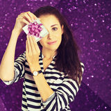 Ein Schuss der attraktiven jungen Frau mit einer Geschenkbox Stockbild