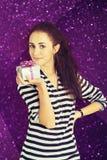 Ein Schuss der attraktiven jungen Frau mit einer Geschenkbox Stockbilder