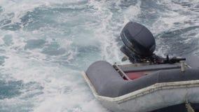 Ein Schuss eines Bootes auf dem Ozeanwasser stock video