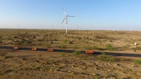 Ein Schuss eines Windkraftanlagefeldes in Indien stock video footage
