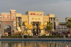 Ein Schuss roten der Iran-Zeichens mit Ausstellung des blauen Himmels am globales Dorf-Markt in Dubai, Arabische Emirate bei Sonn stockbilder