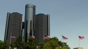 Ein Schuss von USA kennzeichnet Fliegen außerhalb der Renaissancemitte Detroit stock footage