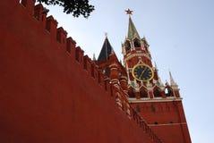 Ein Schutz (Polizist) geht entlang die Wand Rotes Quadrat in Moskau Lizenzfreie Stockfotografie