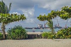 Ein schwüler Tag auf dem Strand nahe dem Hafen Stockbilder