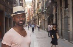 Ein schwarzer Durchschnittsmensch einer alten Stadt, die in der Kamera schaut stockfotografie