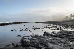 Ein schwarzer Lavastrand an der D?mmerung in Las Amerika, Teneriffa, Kanarische Inseln, Spanien lizenzfreie stockfotografie