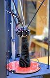 Ein schwarzer Vase, der auf einem Drucker 3d hergestellt wird, steht auf der Arbeitsfläche Lizenzfreie Stockbilder