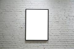 Ein schwarzes Feld auf weißer Backsteinmauer Stockfotografie
