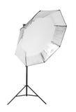 Ein schwarzes octobox in Form des Regenschirmes lokalisiert auf einem weißen Hintergrund Berufsblitz Fotographische Ausrüstung Stockfotos