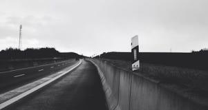 Ein Schwarzweiss-Bild einer hohen Weisenstraße in Deutschland Lizenzfreie Stockfotografie