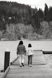 Mutter und Tochter auf Dock. Stockfotografie