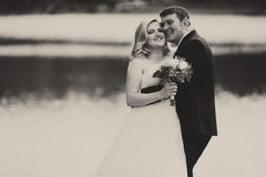 Ein Schwarzweiss-Bild eines glückliche Hochzeitspaare stehenden beh Lizenzfreies Stockfoto