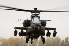 Ein schwebender Apache-Angriffskampfhubschrauberhubschrauber Lizenzfreie Stockbilder