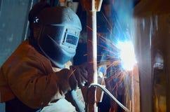 Ein Schweißer, der an der Werft arbeitet Lizenzfreie Stockbilder