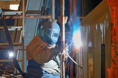 Ein Schweißer, der an der Werft arbeitet Stockbilder