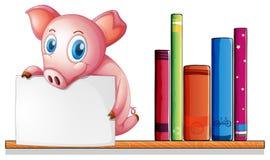 Ein Schwein über einem Regal, das ein leeres Schild hält Lizenzfreie Stockfotos