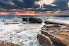 Ein schwermütiger Sonnenaufgang-Meerblick stockfoto