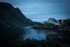 Ein schwermütiges Dorf an der Dämmerung auf Lofoten-Insel lizenzfreie stockfotografie