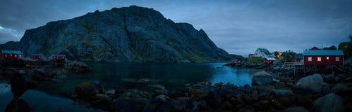 Ein schwermütiges Dorf an der Dämmerung auf Lofoton-Insel lizenzfreie stockbilder