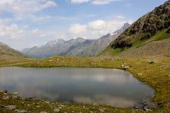 Ein See in den Bergen Lizenzfreie Stockbilder