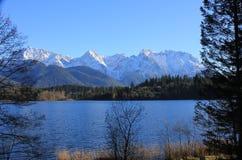 Ein See in den Bergen Stockbild