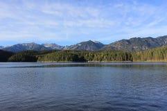 Ein See in den Bergen Stockfotos