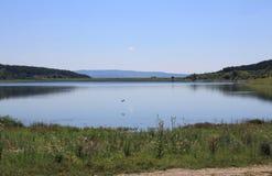 Ein See in der Landschaft Lizenzfreie Stockbilder