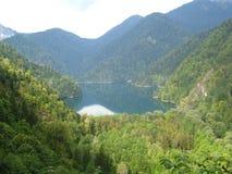 Ein See ist in den Bergen Stockbild