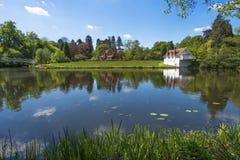 Ein See in Virginia Water Park in Surrey, Großbritannien Stockbild