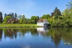 Ein See in Virginia Water Park in Surrey, Großbritannien stockfotografie