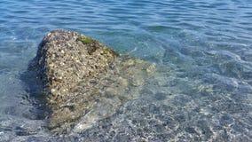 Ein Seefelsen im Wasser Stockfotografie