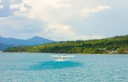 Ein Seeflugzeug, das von atlin Bucht, bc sich entfernt stockbild