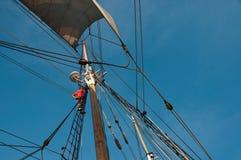 Klettern des Mastes eines hohen Schiffs Stockfotos