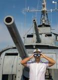 Ein Seemannoffizier auf Schlachtschiff schaut mit binokularem lizenzfreie stockfotografie