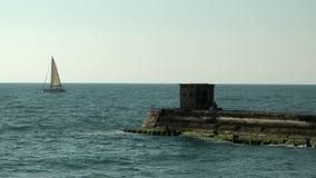 Ein Segelboot auf dem Horizont in Mediterrian-Meer stock footage