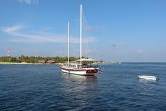 Ein Segelboot auf Malediven-Ozean mit klarem Himmel Stockbilder