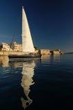Ein Segelboot innerhalb des Kanals Lizenzfreies Stockbild