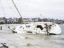 Ein Segelboot laufen gestrandet nach, seiner Liegeplätze frei brechen lizenzfreies stockbild