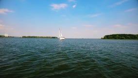 Ein Segelboot schwimmt auf den See stock video footage