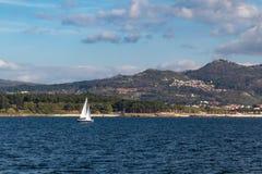 Ein Segelbootsegeln durch das Meer stockbilder