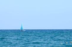 Ein Segeln des kleinen Bootes an einem sonnigen Tag Lizenzfreie Stockfotos