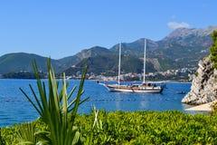 Ein Segelschiff steht in einer schönen Bucht ADRIATISCHES MEER montenegro Stockfoto