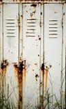 Ein sehr alter und rostiger Schrank lizenzfreie stockfotografie