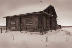 Ein sehr altes verlassenes Holzhaus Stockfoto
