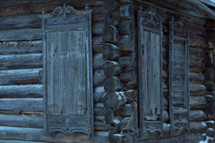Ein sehr altes verlassenes Holzhaus Lizenzfreies Stockfoto
