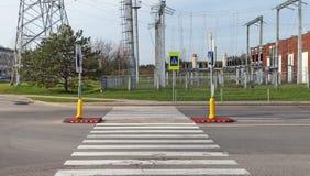 Ein sehr gefährlicher Fußgängerübergang nahe einem Hochspannungs-electri Lizenzfreie Stockfotos