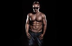 Ein sehr gepaßter junger Mann, der seine Muskeln biegt lizenzfreie stockfotos