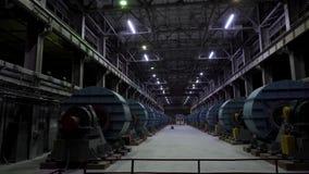 Ein sehr großer elektrischer Dieselgenerator in der Fabrik für Notfall, Ausrüstungsbetriebsmoderne Technologie industriell stock footage