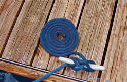 Ein Seil auf einem Dock stockfotografie